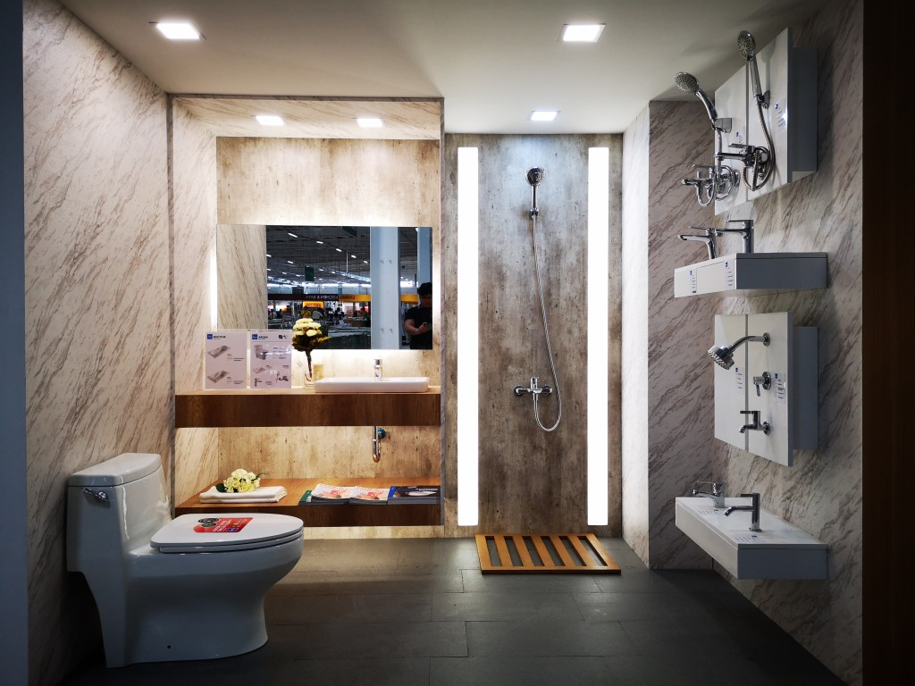 The vast space allows customers to roam around and feel living in an HCG bathroom, at the same time allowing them to choose items on display.