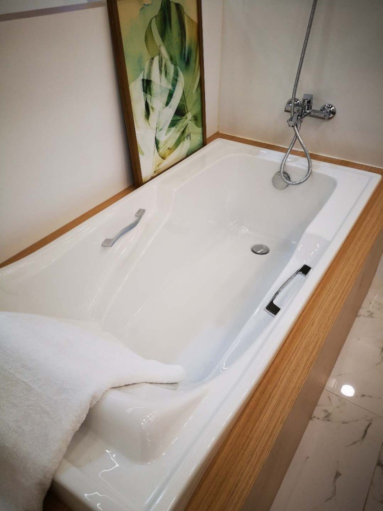 HCG Bathtub